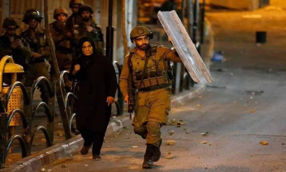 Foto viral de un soldado israelí protegiendo a una mujer palestina