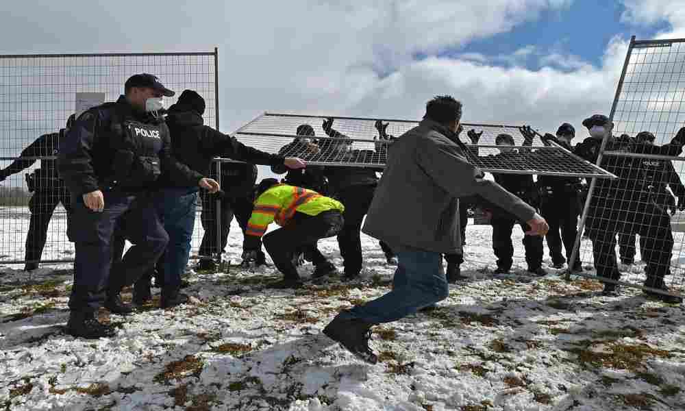Fieles de GraceLife derriban la cerca que las autoridades colocaron para evitar los cultos