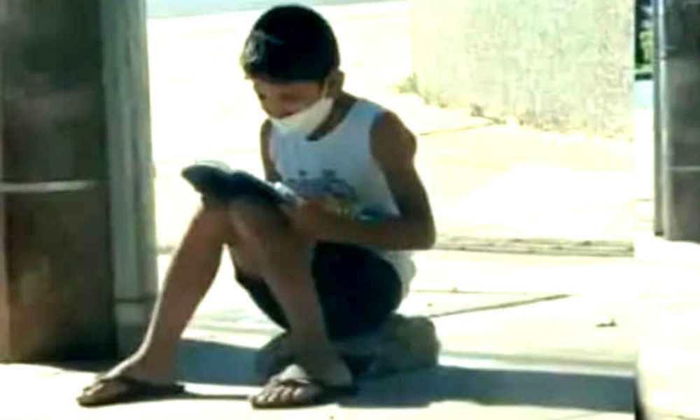 Imagen de niño leyendo la Biblia se viraliza y luego es bendecido