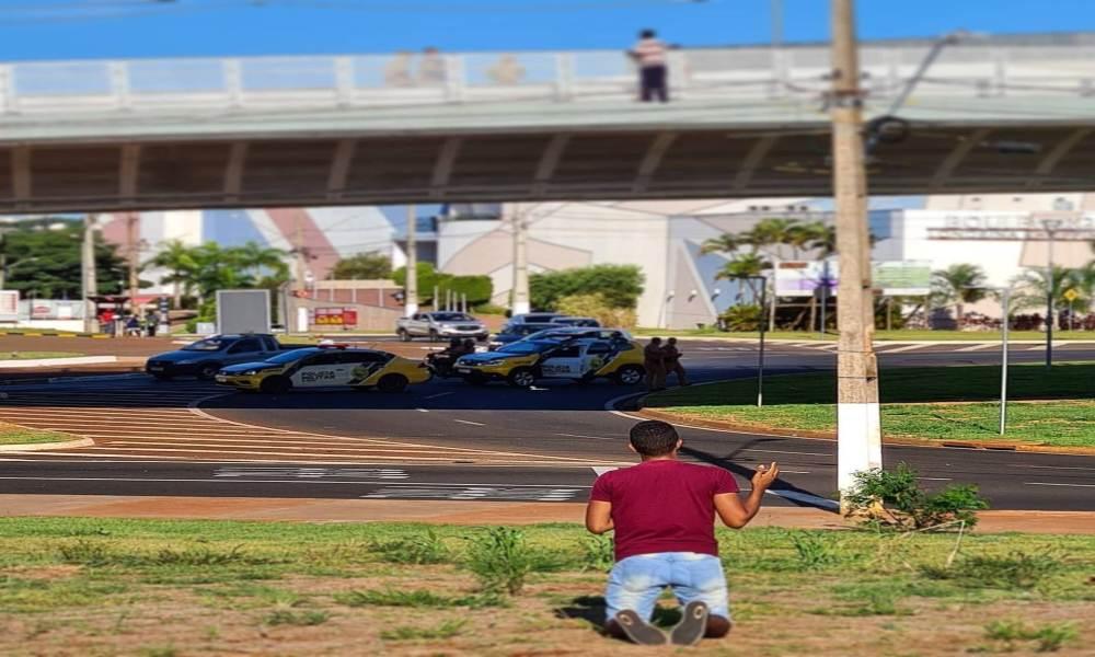 Niño se arrodilla a orar para que hombre no se lance desde un puente