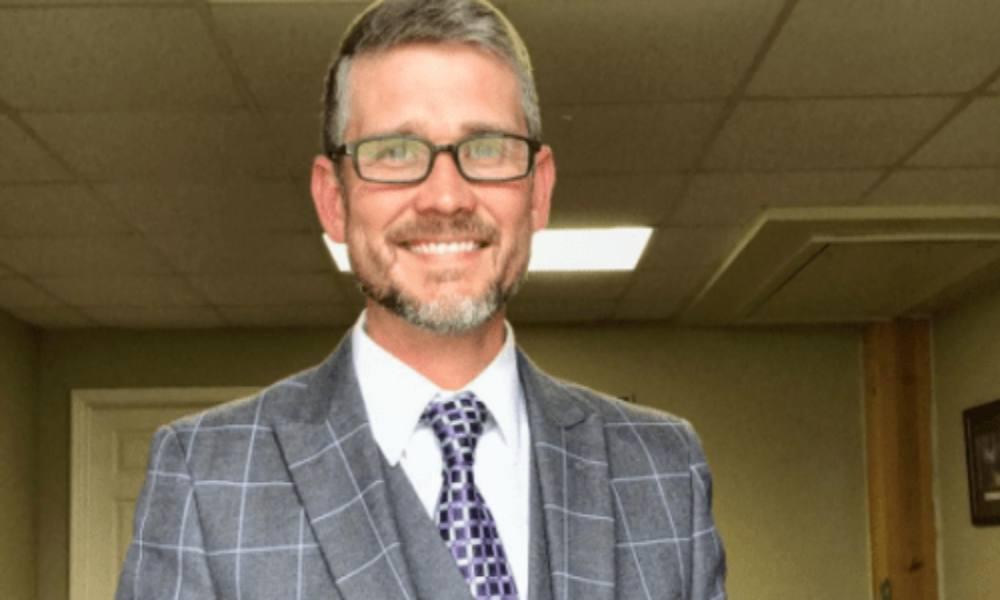 «Quítense las estúpidas máscaras»: pastor en servicio de adoración