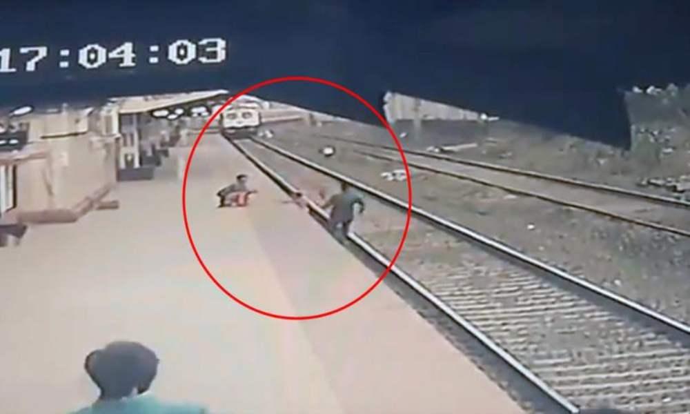 """""""Un héroe"""": hombre salva a niño de morir arrollado por un tren"""