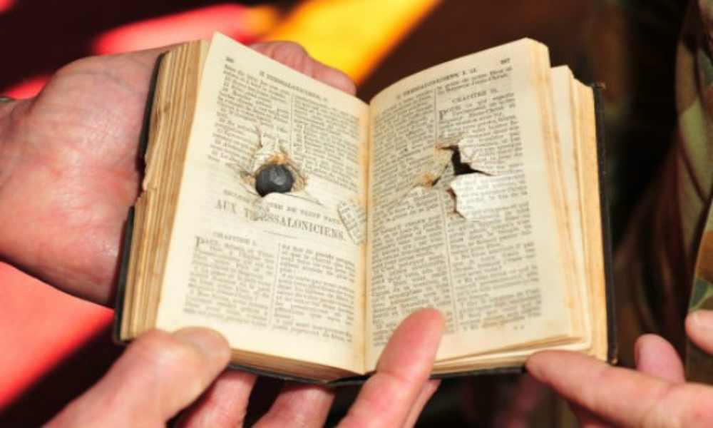 Una mujer fue protegida por la Biblia en medio un intercambio de disparos