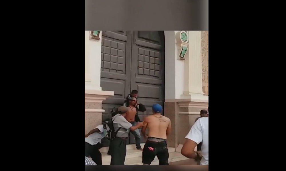 Venezuela: hombre intenta quemarse junto a sus dos hijos en un templo