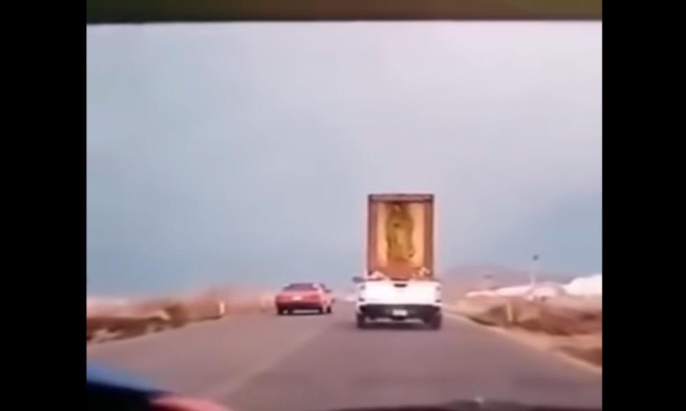 Video: mujer le pide perdón a la virgen de Guadalupe tras la caída de uno de sus cuadros