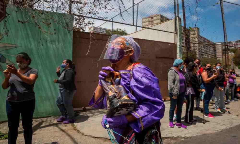 ¿Pecado? Venezolanos rinden culto a una estatua de Jesús y piden que acabe la pandemia