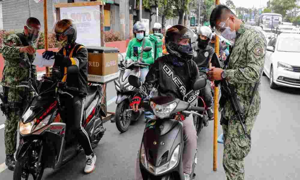 Obligan a filipino a hacer 300 sentadillas por violar el toque de queda y muere