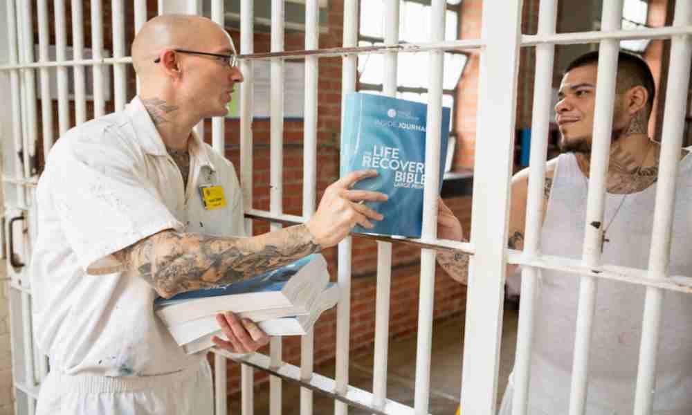 100 mil Biblias son distribuidas a prisioneros en EEUU