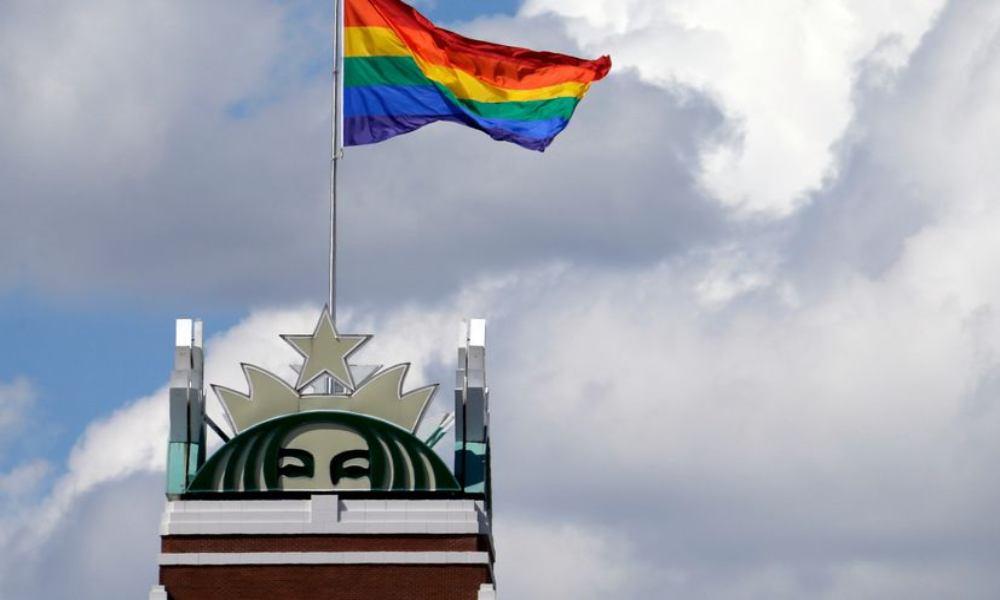 Apple, Starbucks y Amanzon, entre las empresas que ondean la bandera LGBT