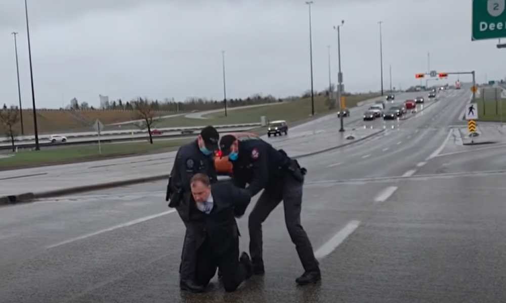 "Canadá: Policía arresta a pastor en plena vía pública por realizar ""culto ilegal"""