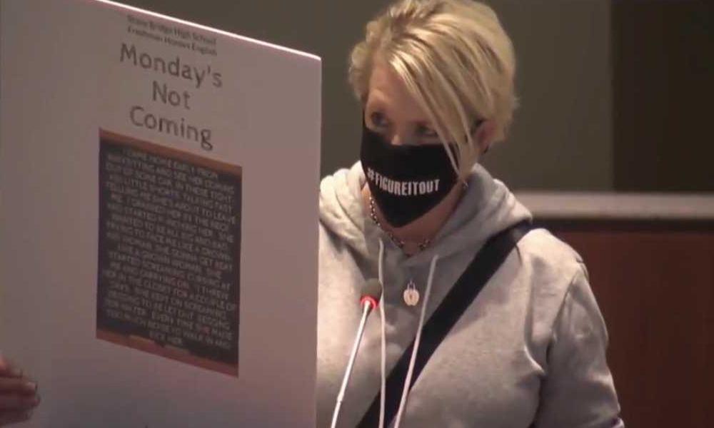 Condenan al distrito escolar de Virginia por impartir textos con mensajes sexuales explícitos
