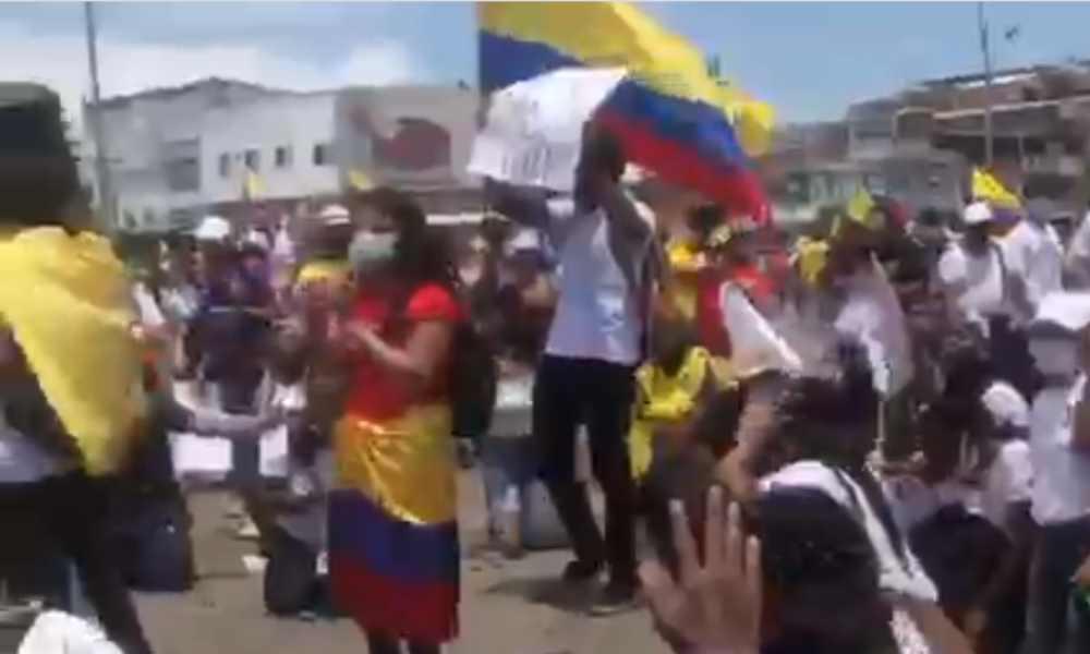Cristianos se humillan, oran y cantan el Himno de Victoria por Colombia