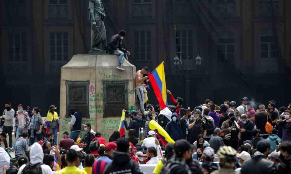 Feministas sabotean a cristianos mientras oraban en una plaza pública de Colombia