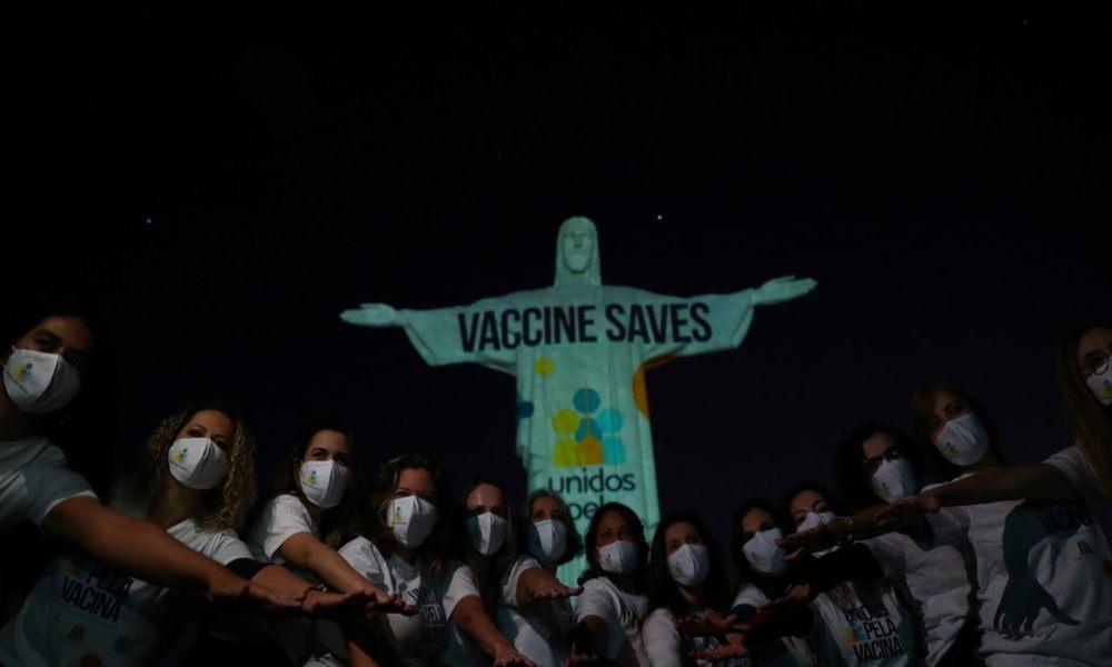 Iluminan al Cristo Redentor pidiendo acceso a la vacuna contra el Covid-19
