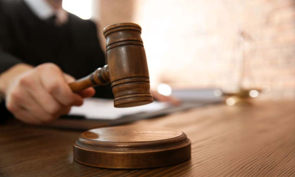 Juez federal prohíbe orar a juez cristiano en un tribunal