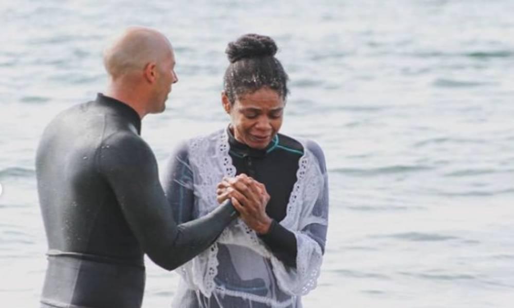 La actriz Kimberly Elise celebra su cumpleaños 54 bautizándose