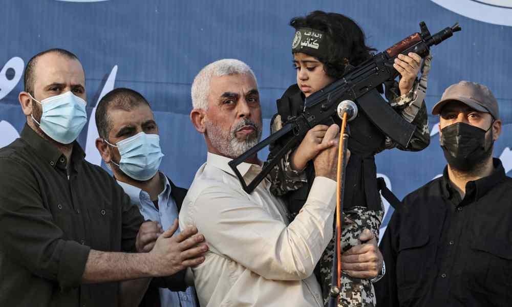 Líder de Hamás posó con niño que porta un fusil tras alto al fuego