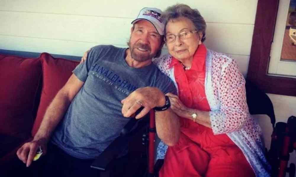 """""""Mi mamá oró por mí toda mi vida"""", dice Chuck Norris al honrar a su madre"""