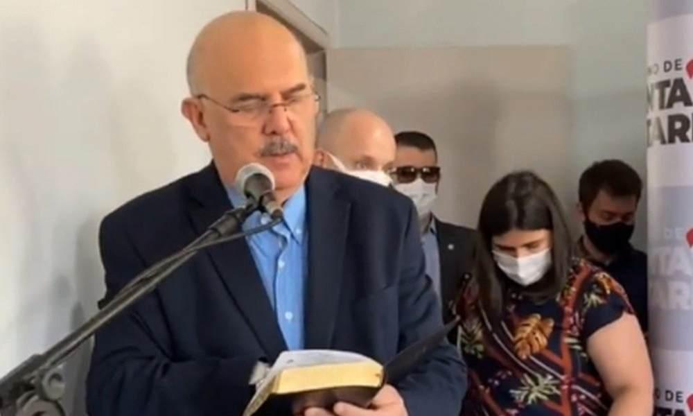Ministro entrega Biblias en la ciudad brasileña donde ocurrió el atentado a la guardería