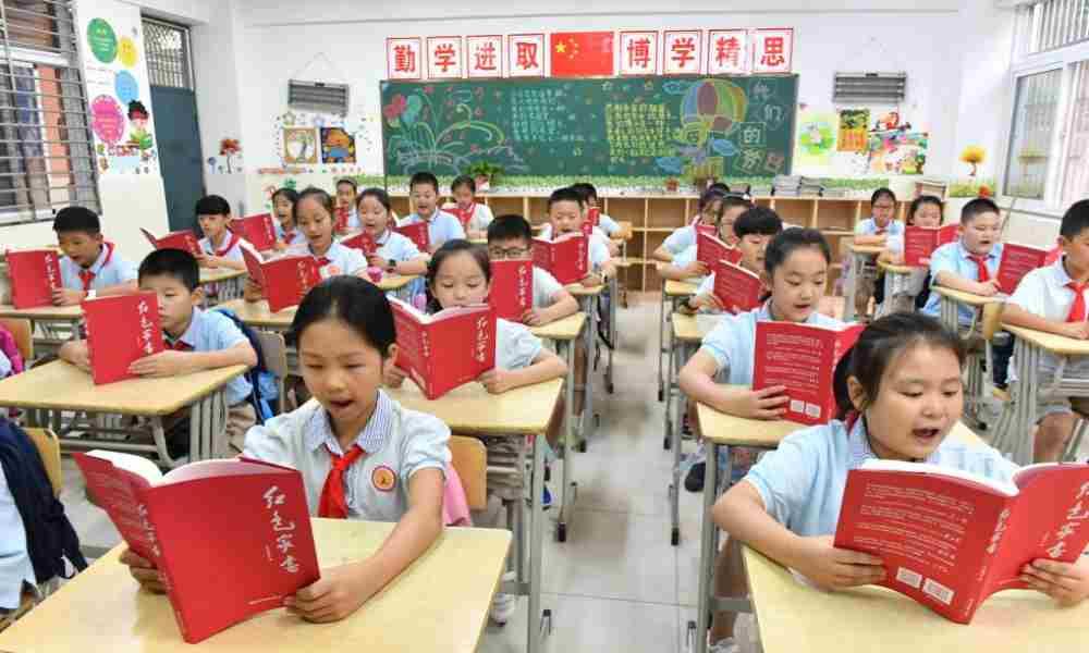 Partido Comunista Chino obliga a escuelas enseñar ideología comunista