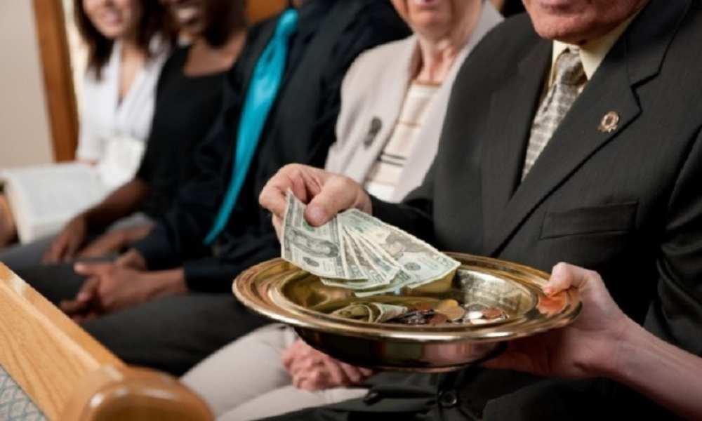Pastor dice que fieles tendrán éxito financiero si ofrendan altas sumas de dinero