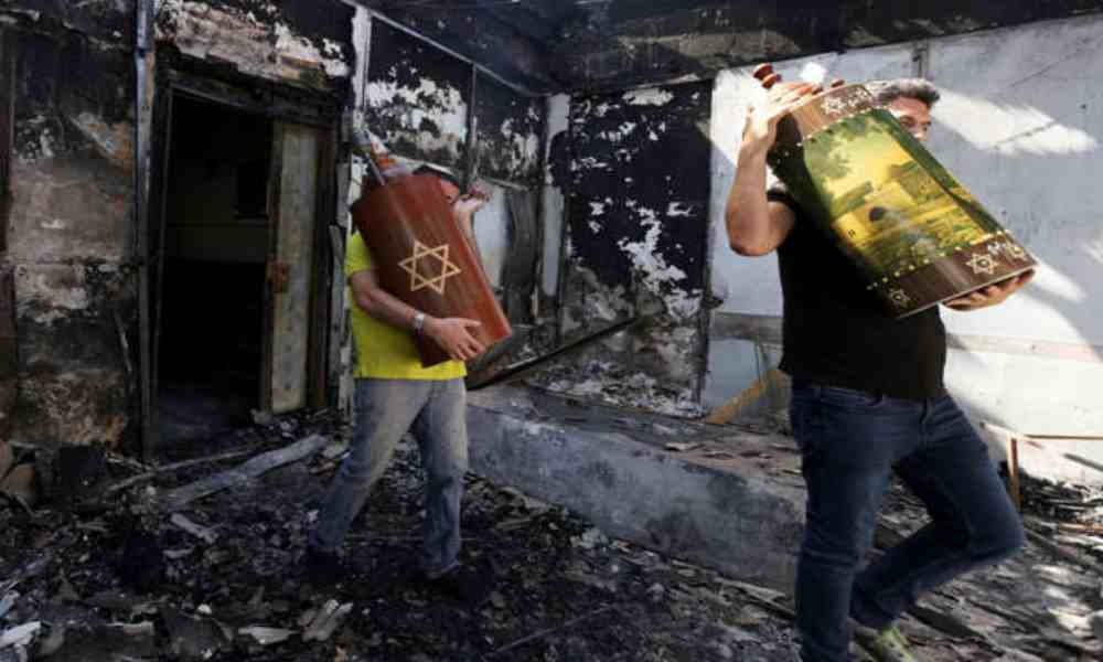 Retiran rollos de la Torá de una sinagoga incendiada en Israel