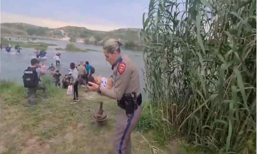 Viral: agente de EE.UU ayuda a venezolana con su bebé mientras cruza río fronterizo