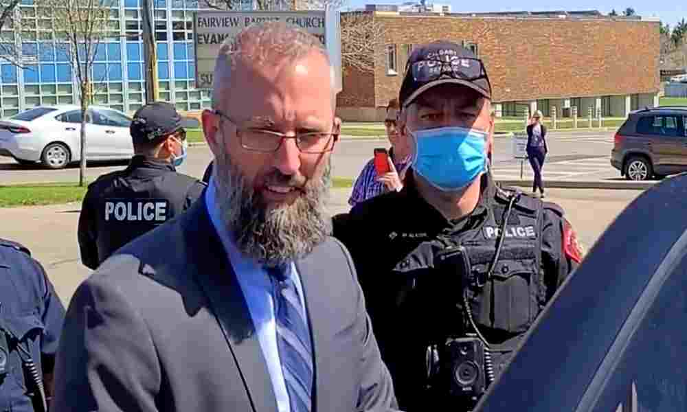 Arrestan a pastor por realizar cultos y no obedecer restricciones
