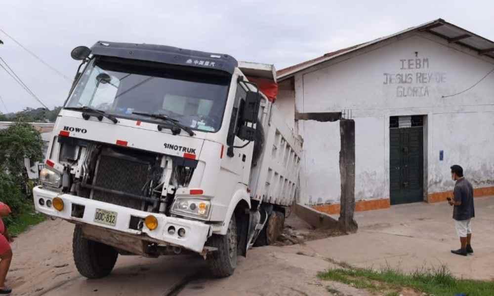 Camión impacta contra un templo cristiano en Perú