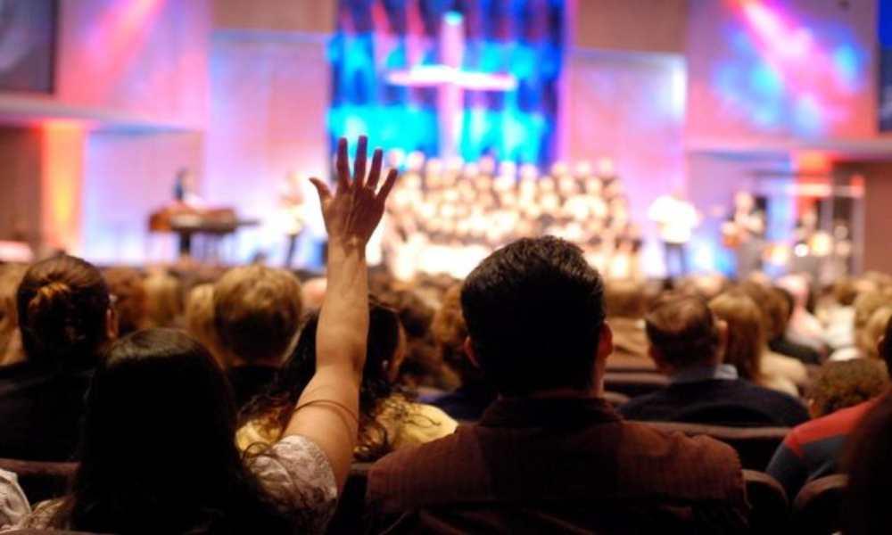 Detienen a pastor por prohibirles a los fieles usar mascarillas