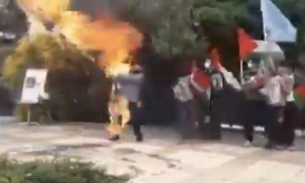 Hombre termina envuelto en llamas tras encender una bandera de Israel