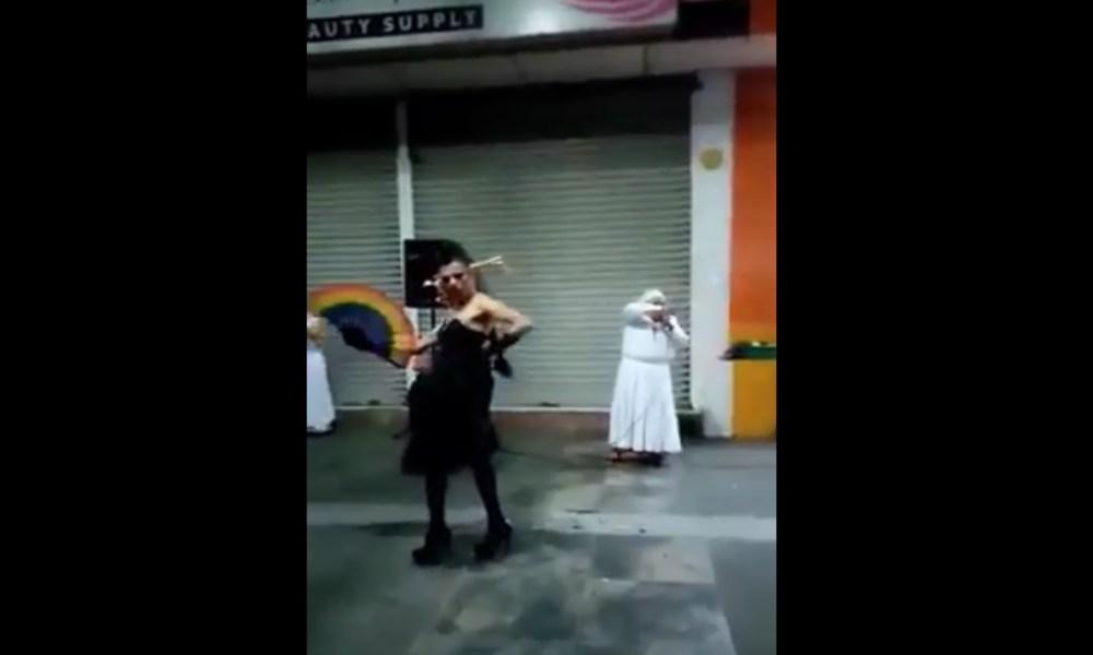 Hombre vestido de mujer sabotea a cristianas mientras predican el evangelio