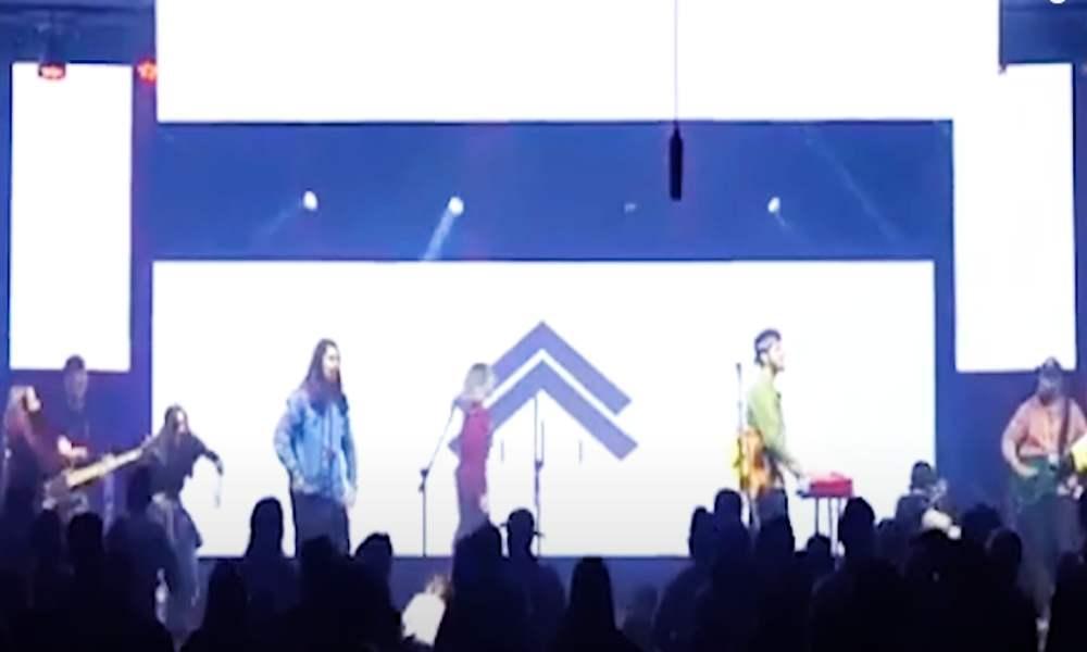 Iglesia canta canciones de The Black Eyed Peas y Coldplay en un culto
