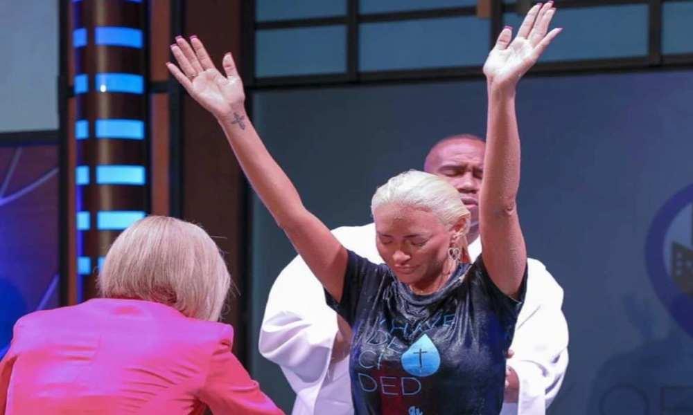 La cantante secular Kaya Jones entrega su vida al Señor