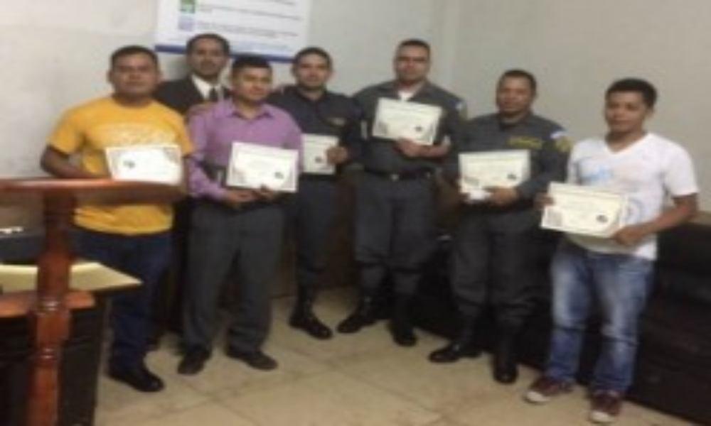 Misionero evangeliza dentro de cárcel de máxima seguridad y 7 presos se rinden a Cristo