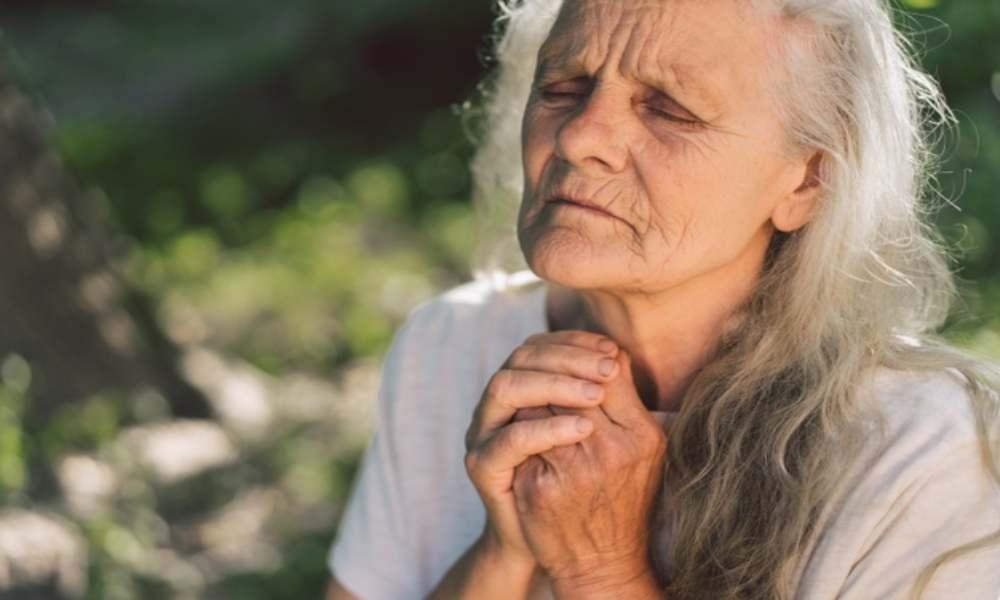 Mujer de 58 años agredida sexualmente dice que orar a Dios le salvó la vida