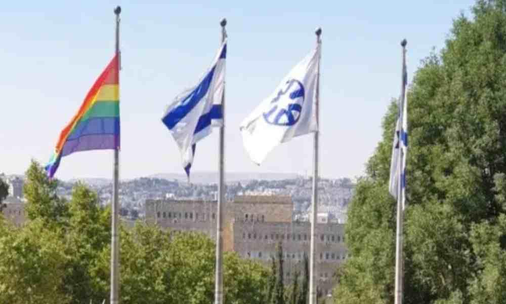 Cancillería de Israel levanta por primera vez bandera LGBT en su sede