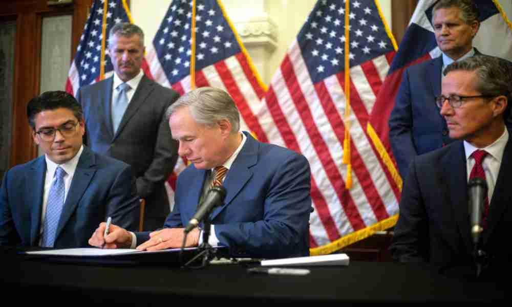 Gobernador de Texas firma ley que prohíbe el cierre de iglesias