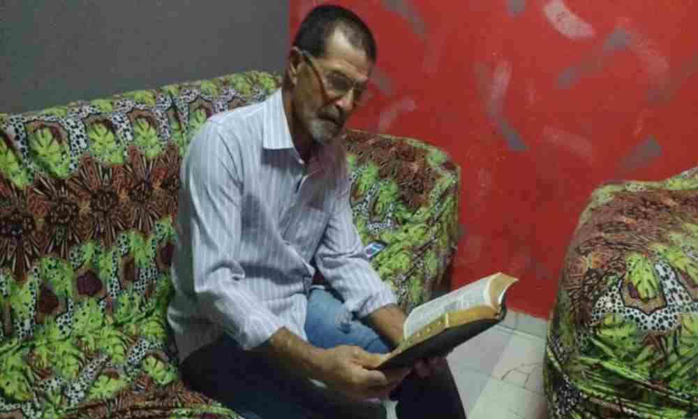 Hombre regresa a la iglesia tras 42 años en la oscuridad