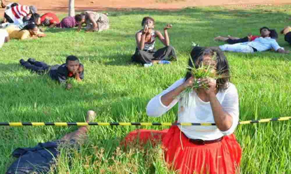 Iglesias apóstatas: realizan bailes y comen hierba por orden del pastor