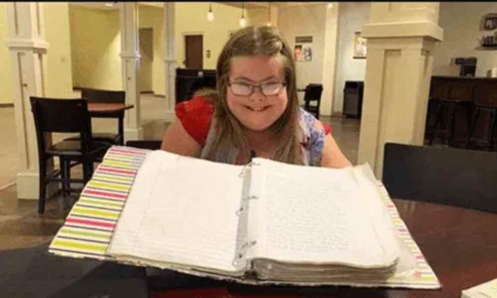 Mujer con síndrome de Down transcribe a mano la Biblia durante 10 años
