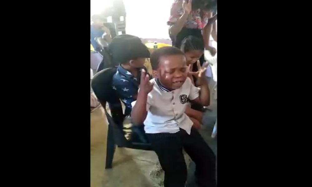 Niño expresa su amor y adoración por Dios llorando por Él