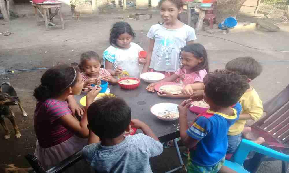 Pastor da alimento y evangeliza a niños de escasos recursos en Nicaragua
