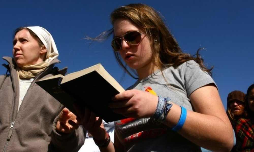 Judíos y cristianos leen la Biblia juntos en Israel