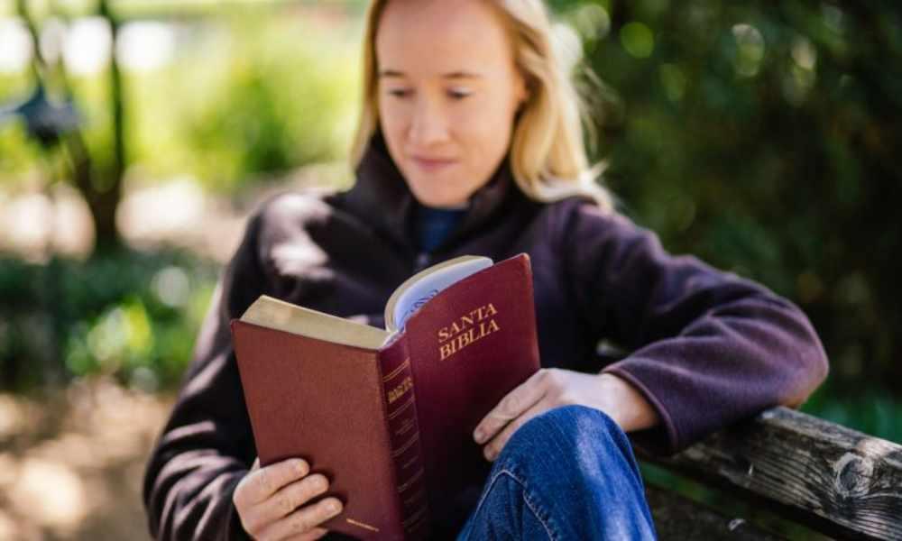 Los lectores de la Biblia perdonan más y tienen mayor esperanza