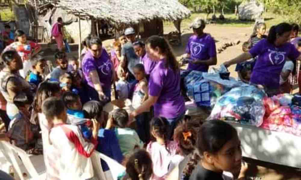 Pastores llevan ropa y alimentos a familias empobrecidas de Guatemala