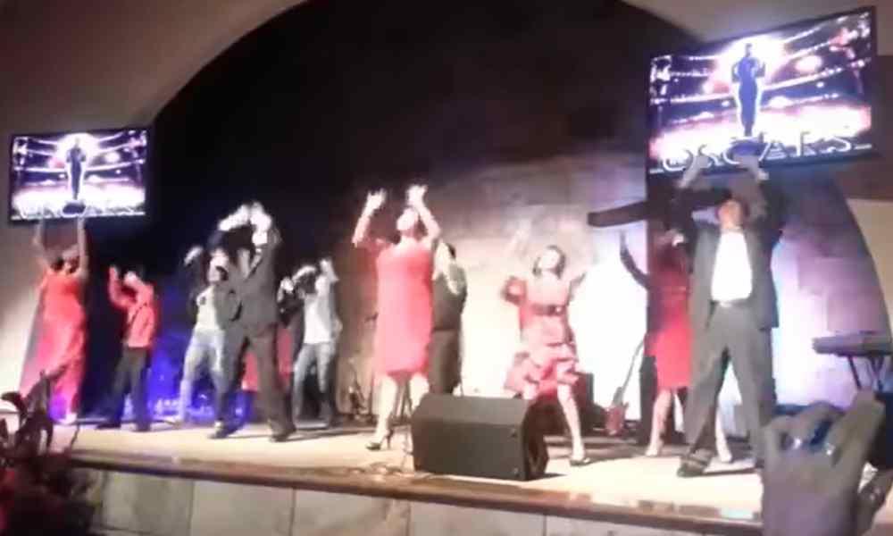 Apostasía: Iglesias convierten altar de Dios en pista de baile para atraer fieles