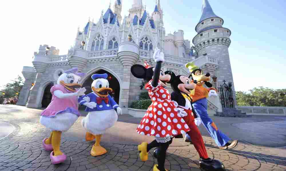 """Disney elimina saludo """"damas y caballeros, niños y niñas"""", por la inclusión"""
