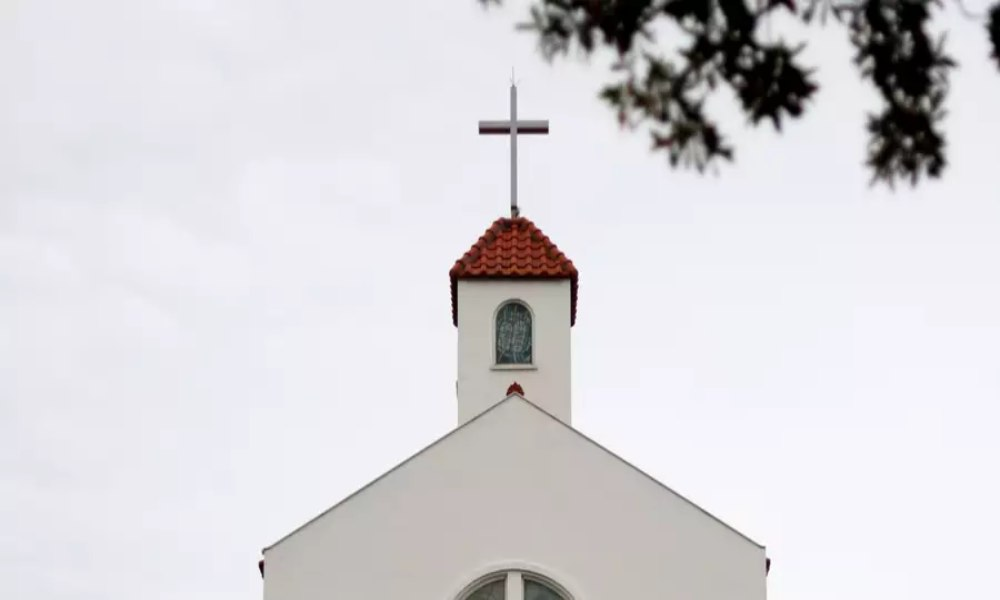 Encuesta: Republicanos confían más en la iglesia que los demócratas