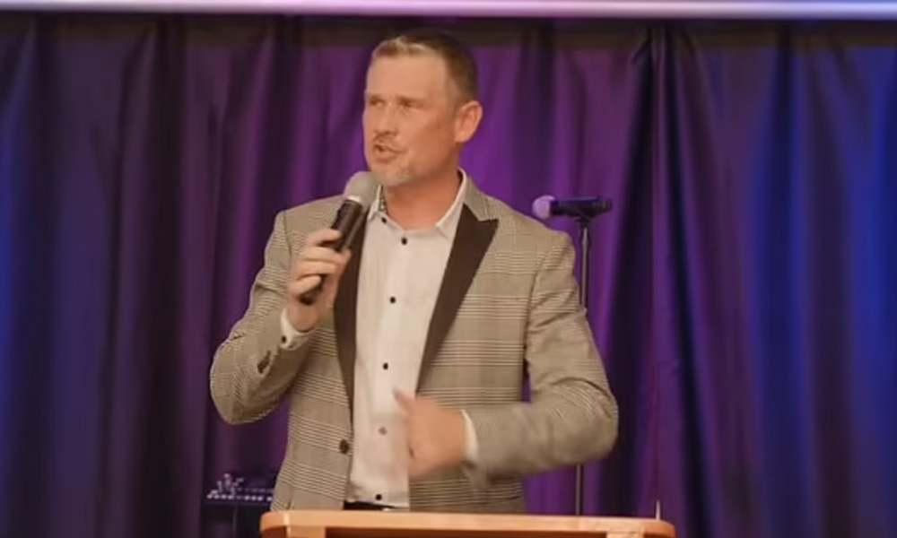 Greg Locke amenaza con expulsar de su iglesia a quienes usen cubrebocas